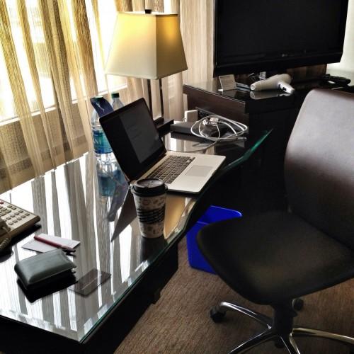 机と椅子があって快適